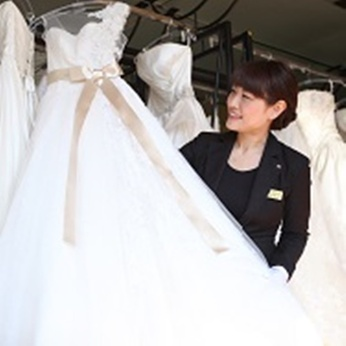 ウェディングドレスやタキシードなど、特別な一日を彩る衣裳選びをお手伝い!未経験でもOKです。